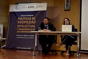 Juan Carlos Serna (izquierda), de la Oficina de Transferencia de Resultados de Investigación de la U. Distrital Francisco José de Caldas, y Pamela Álvarez Acosta, de la U. de Antioquia (Foto: Aura Flechas / DNEIPI / VRI)