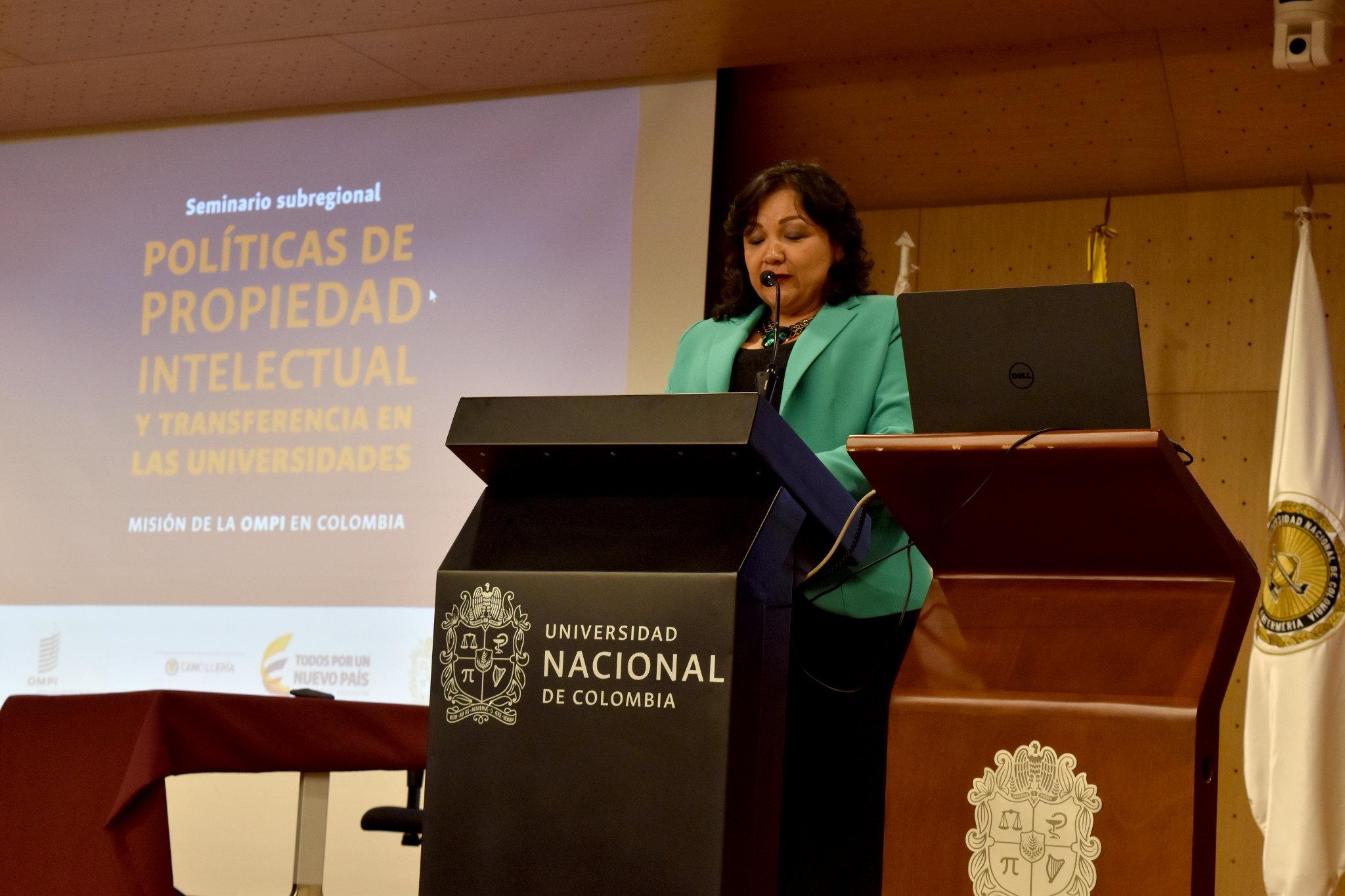 Acto de cierre del seminario, con Amanda Lucía Mora Martínez, directora nacional de Investigación y Laboratorios y vicerrectora (e) de Investigación de la Universidad Nacional de Colombia (Foto: Aura Flechas / DNEIPI / VRI)